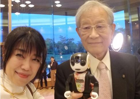 [写真]松本紘先生(京都大学名誉教授)とロボホンと